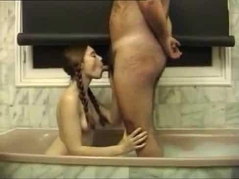Je ne sais pas le mot respect, je baisé le mari de ma mère dans la baignoire, il a une bite délicieuse.