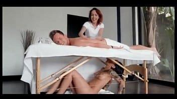 Il profite d'un double massage: sur le dos et dur la bite
