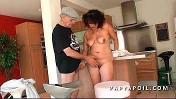Papy se tape une grosse beurette aux gros seins