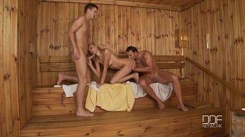Cette russe va au sauna et obtient une double pénétration exquise