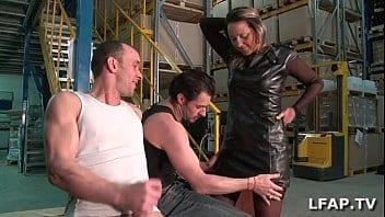 Directrice sodomisée dans l'entrepôt au boulot