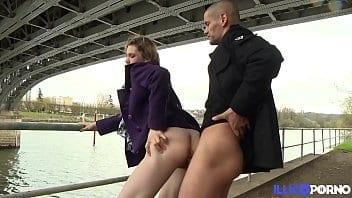 Française vierge se fait enculer sous un pont