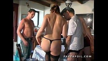 Papy se tape la femme de ménage avec son petit fils et un pote