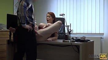 Rousse utilise ses seins captivants pour séduire le manager