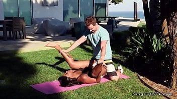 Après une séance de yoga, l'instructeur baise sauvagement son élève