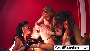 Asa Akira participe à une orgie lesbienne