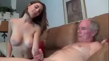 Belle Molly Jane fait une branlette à un homme âgé