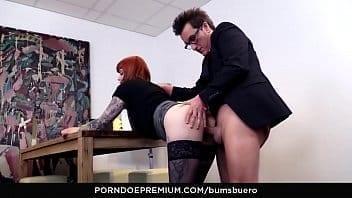 Ce patron pénètre sa secrétaire en levrette