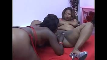 Deux gouines africaines s'amusent