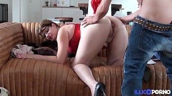 Femme d'une cinquantaine se fait baiser
