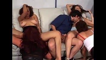 Incroyable : le seul mâle qui baise avec toutes les soeurs