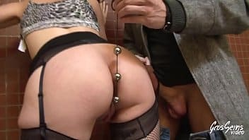 Sexy meuf aux gros seins revient pour se faire dominer