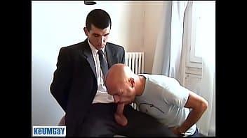 Homme d'affaires français se laisse tailler une pipe par un client