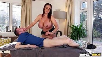 Maman aux gros seins reçoit un massage de son fils