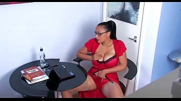 Secrétaire chaude se masturbe dans le bureau