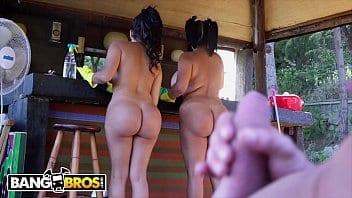 Deux jumelles latinas se font casser le cul pendant les heures de boulot