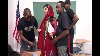 Gang Bang de mec noirs pour cette prof arabe