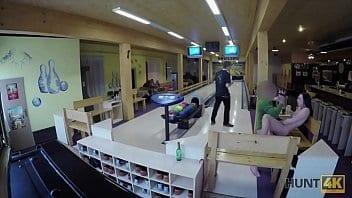 Sexe au bowling avec des inconnus