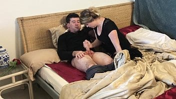 Belle-mère branle son beau-fils après la mort de son mari