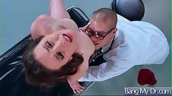 Ce médecin m'injecte son aiguille