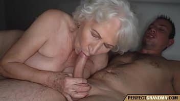 Grand-mère chaude trompe son mari avec un garçon