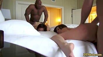 Des amis en vacances font une orgie à l'hôtel