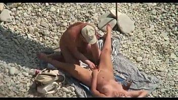 Mature et son mari baisent sur la plage