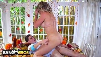 Belle-mère sexy trouve son fils en train de baiser une tarte et elle s'excite