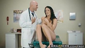 Brunette infidèle trompe son mari avec le sexy médecin