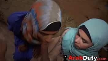 Deux arabes en yihab taillent une pipe à un soldat américain