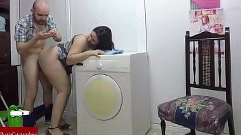 Femme chaude se fait empaler très fort par son mec