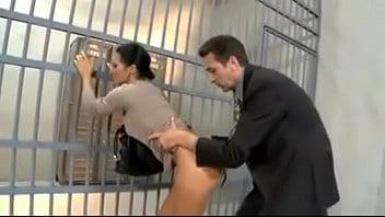 Cet avocat con se tape la femme de son client