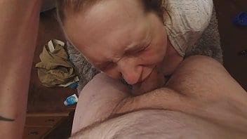 Il a déjà baisé la maman de son pote, maintenant il baise la soeur chienne