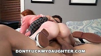 Le père de cet écolière engage un instructeur qui finit par baiser sa fille