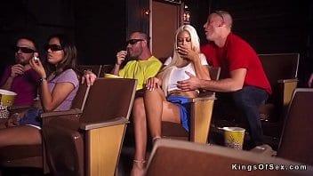 Blonde à forte poitrine trompe son mec au cinéma