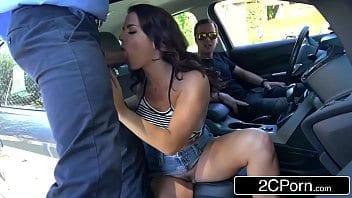 Chaude Keisha Grey lèche bien la bite du flic pour éviter de payer un ticket
