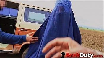 Deux soldats reçoivent deux arabes putes en échange d'une chèvre