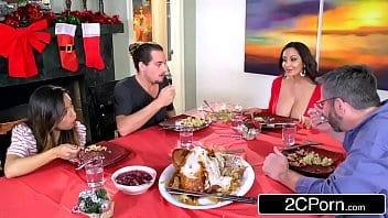 Excitée Ava Addams se fait taper dans la cuisine après le repas