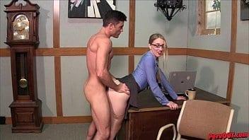 Hot patronne se met en levrette pour que son employeur lui enfonce la teub
