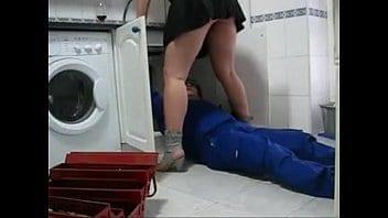 Meuf mature et garce séduit le plombier