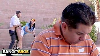 Rachel Starr baise l'instructeur de golf dans le dos de son mari