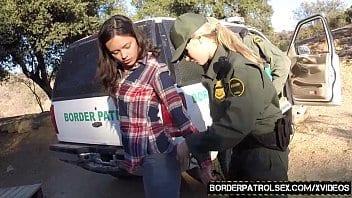 Des agents illégaux baisent une brunette arrêtée