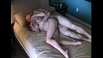 Je baise ma tante dans le lit où elle couche avec mon oncle