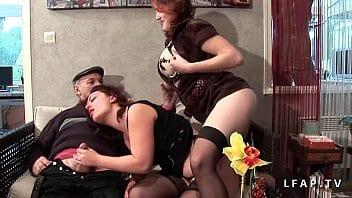 Deux jeunes filles lèchent la queue du grand-père Papy