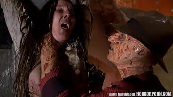 Freddy abuse de sa chaude victime