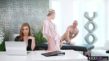 Cette brunette donne les meilleurs massages dans ce spa