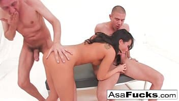 Asa Akira gémit avec une double pénétration et une gorge profonde
