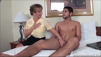 Belle-mère lui apprend à se masturber