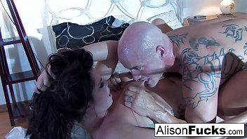 Alison et son partenaire baisent fort