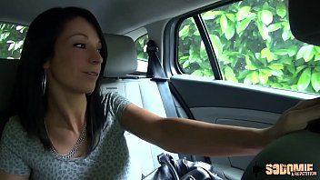 Le chauffeur de taxi a une destination différente pour cette cliente